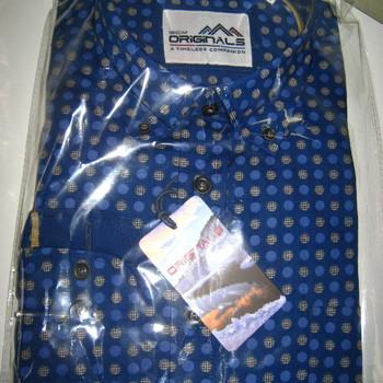 chemise longues manches bleu foncé avec des ronds
