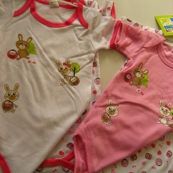 body courtes manches avec lapins roses 3 à 24 mois - 2 pour 5.60€