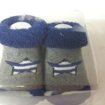 chaussettes bébé gris bic en boîte avec du coton