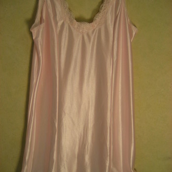 sous-robe ou combinaison satinée pour dame - reste 52-54 en beige