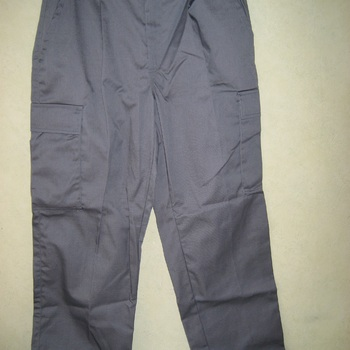 pantalon gris avec poches sur le côté